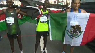 Juan Luis Barrios con la bandera de México