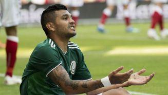 Tecatito Corona se queja en un juego con la Selección Mexicana