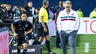 Diego Lainez y Gerardo Martino durante un juego del Tri