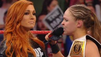 Becky Lynch y Ronda Rousey durante una lucha