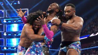 Kofi Kingston festeja con Woods y Big E en el ring
