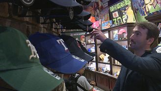 Mellows observa unas gorras de la MLB