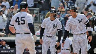 Jugadores de Yankees festejan en el juego contra Orioles