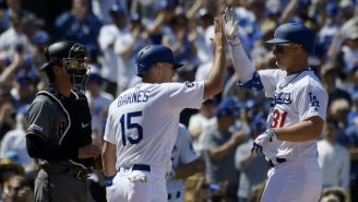 Jugadores de los Dodgers celebran carrera contra Arizona
