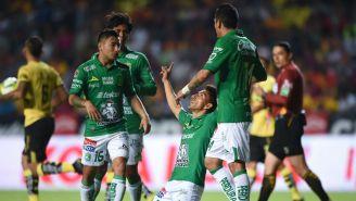 Jugadores del León festejan un gol