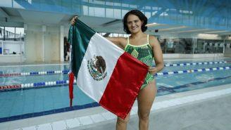 Nora Toledano posa con la bandera de México