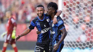 Sierra y Ake Loba festejando el gol ante Xolos