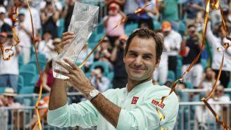 Roger Federer posa con su trofeo del Abierto de Miami