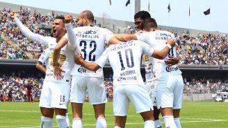Jugadores de Pumas celebran gol contra Chivas en Liga MX