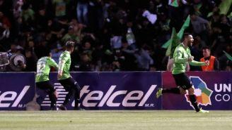 Jugadores de Pumas festejan anotación contra Pumas