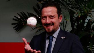 Javier Salinas con una pelota de beisbol