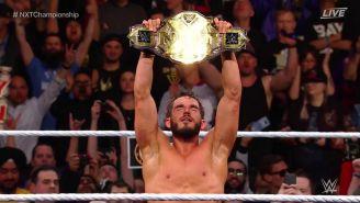 Johnny Gargano festeja con el campeonato de NXT