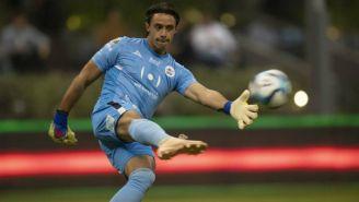 Antonio Rodríguez despeja el balón durante partido