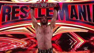 Seth Rollins festeja con el campeonato Universal