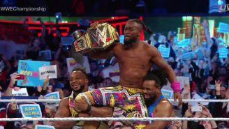 Kofi Kingston festeja con sus hijos y compañeros en el ring