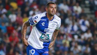 Edwin Cardona festeja un gol con Pachuca