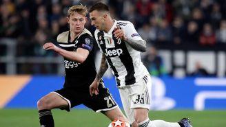Bernardeschi conduce el balón  en juego contra Ajax
