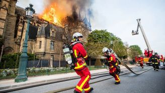 Bomberos intentan controlar el fuego