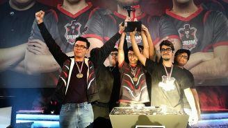 Los jugadores de Cream Esports levantan su trofeo de campeón