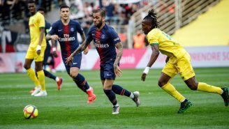Dani Alves conduce el balón contra Nantes