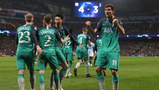 Jugadores del Tottenham celebran gol del Llorente