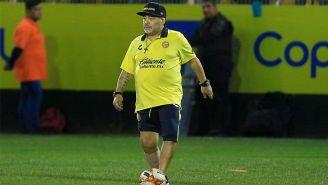 Maradona controla el esférico en el entranamiento de Dorados