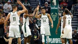 Jugadores de los Bucks celebran anotación contra Pistons