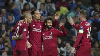 Jugadores del Liverpool festejan gol