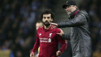 Klopp da indicaciones a Salah en un partido