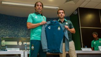 Jose Riestra (d) presenta a GuillermoJorge Almada como DT de Santos