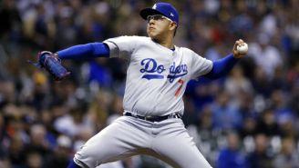 Urías lanza pelota en encuentro de Dodgers