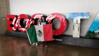 Andrés y Alitzel con la bandera de México en la Arena Movistar