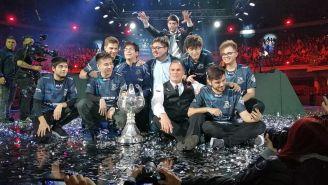 Isurus Gaming festejan con el trofeo