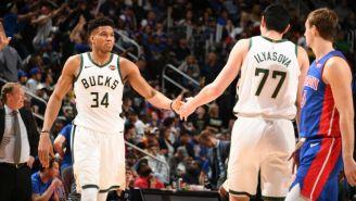 Jugadores de los Bucks festejan una anotación ante Detroit