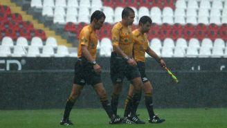 Tripleta de árbitros, durante un juego