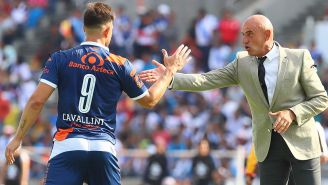 Chelís felicita a Cavallini tras anotarle a Lobos en la BUAP