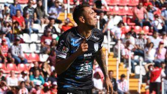 Leonardo Ulloa festeja un gol con Pachuca