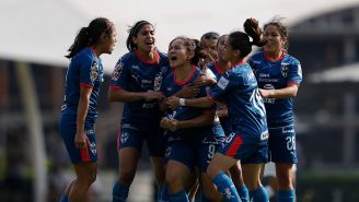 Jugadoras de Rayadas festejan victoria contra Pumas