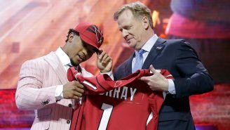 Kyler Murray junto al Comisionado de la NFL
