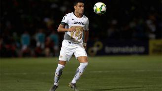 Pablo Barrera conduce el esférico en duelo con Pumas
