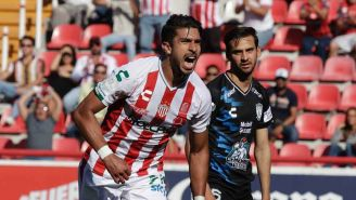Lalo Herrera festeja un gol con Necaxa