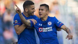 Edgar Méndez y Cata Domínguez festejan un gol con Cruz Azul