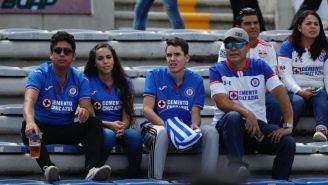 Aficionados de Cruz Azul en las gradas del Universitario BUAP
