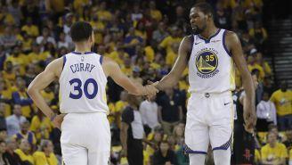 Stephen Curry y Kevin Durant festejan una anotación