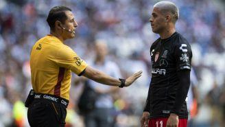 El árbitro discute con Brian Fernández