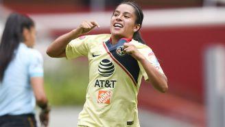 Lucero Cuevas festeja un gol con el América