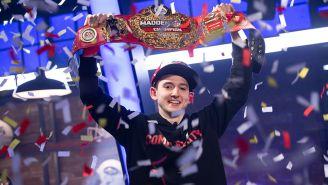 Drini levanta el cinturón de campeón del Madden Bowl