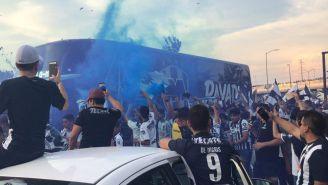 Afición de Rayados recibe a su equipo en el BBVA