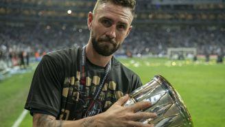 Layún abraza el trofeo de Concachampions obtenido con Rayados