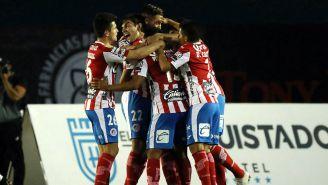 Jugadores de San Luis festejan gol contra Venados